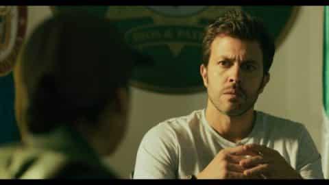 Detective Pablo Corcel (Juan Manuel Mendoza) interrogating Sandra.