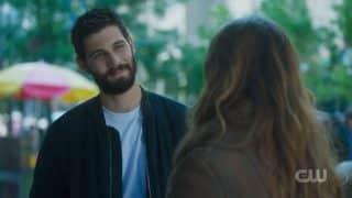 Max (Casey Deidrick) flirting with Murphy.