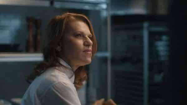 Maddie (Sandra Bernhard) analyzing Howard.