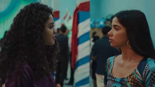 Cacau and Rita talking.