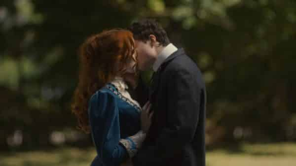 Anne and Gilbert kissing.