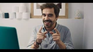 Felipe (Nacho Lopez) pointing towards the camera, doing a coaching video.