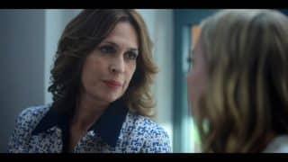 Beatriz (Lola Marceli) talking to Carla.