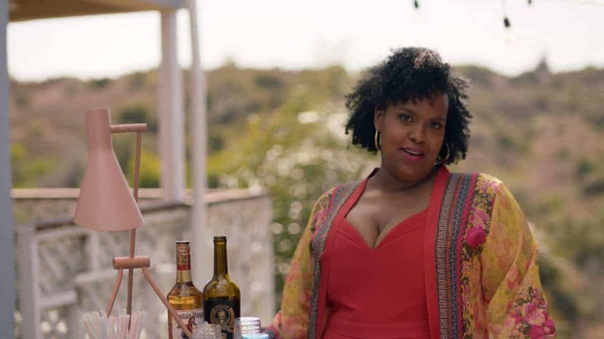 Kelli (Natasha Rothwell) pouring drinks for Issa's party.