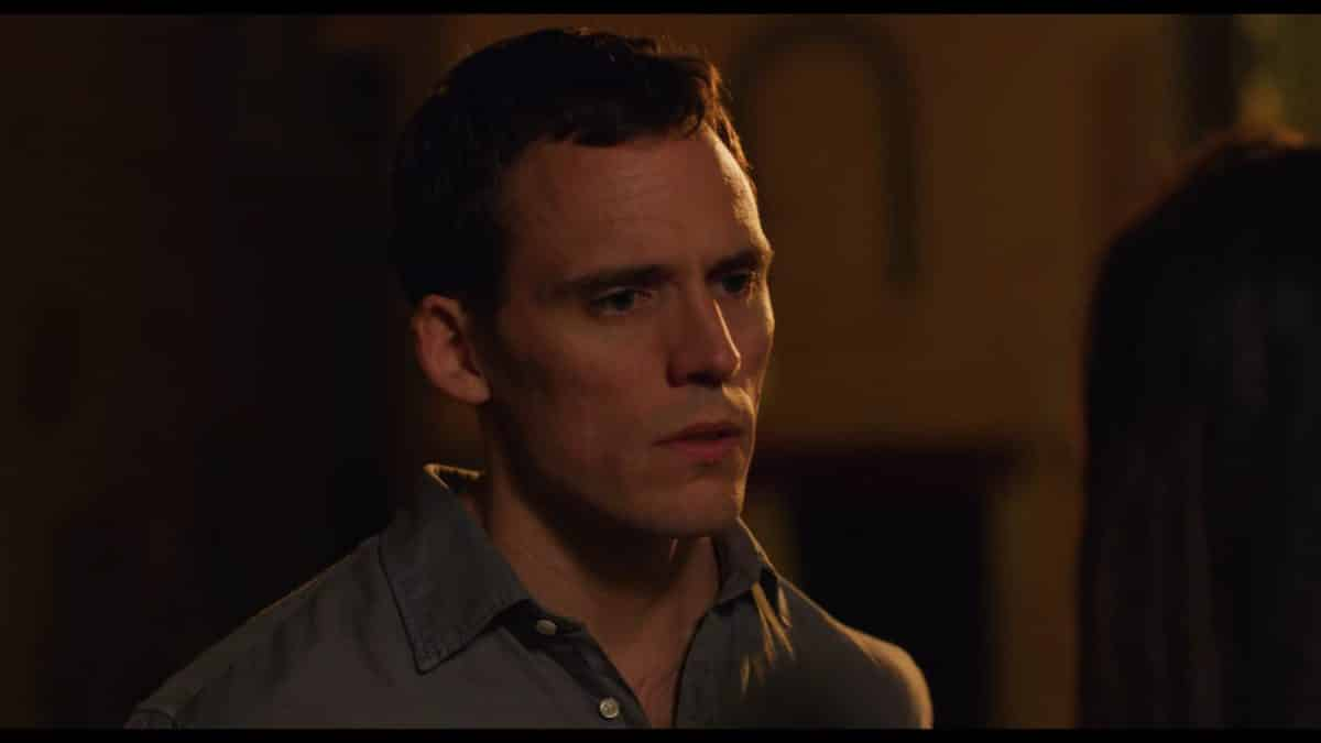 Sam Claflin as Jack, talking to Dina.