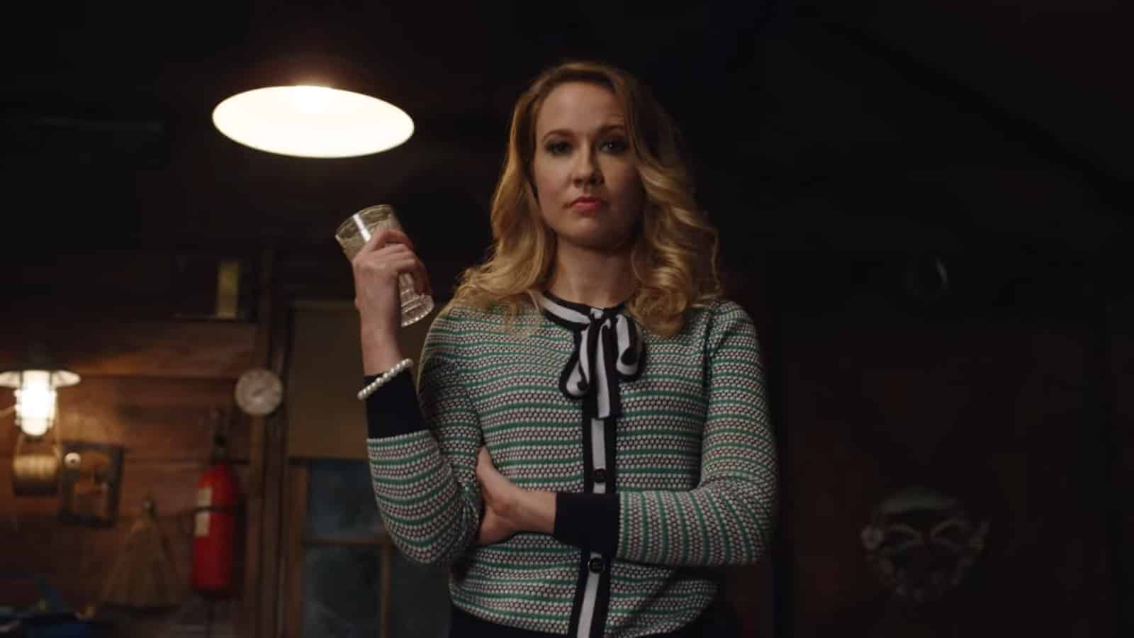 Edie (Anna Camp) prepping for a integration.