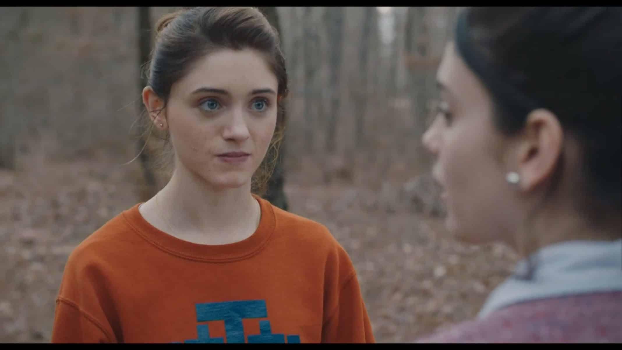 Alice (Natalia Dyer) talking to her friend.