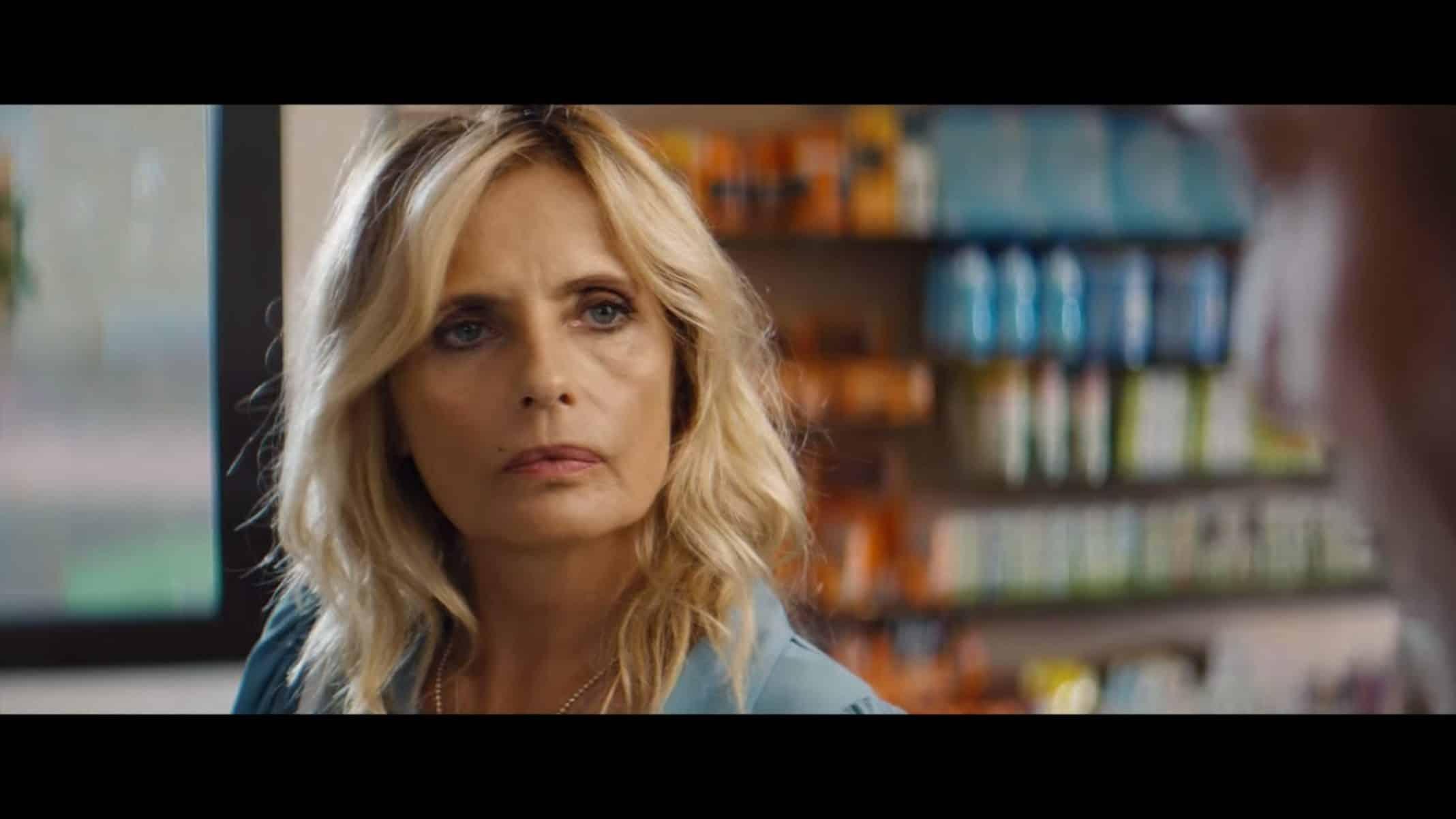 Irene (Isabella Ferrari) talking to Lucio