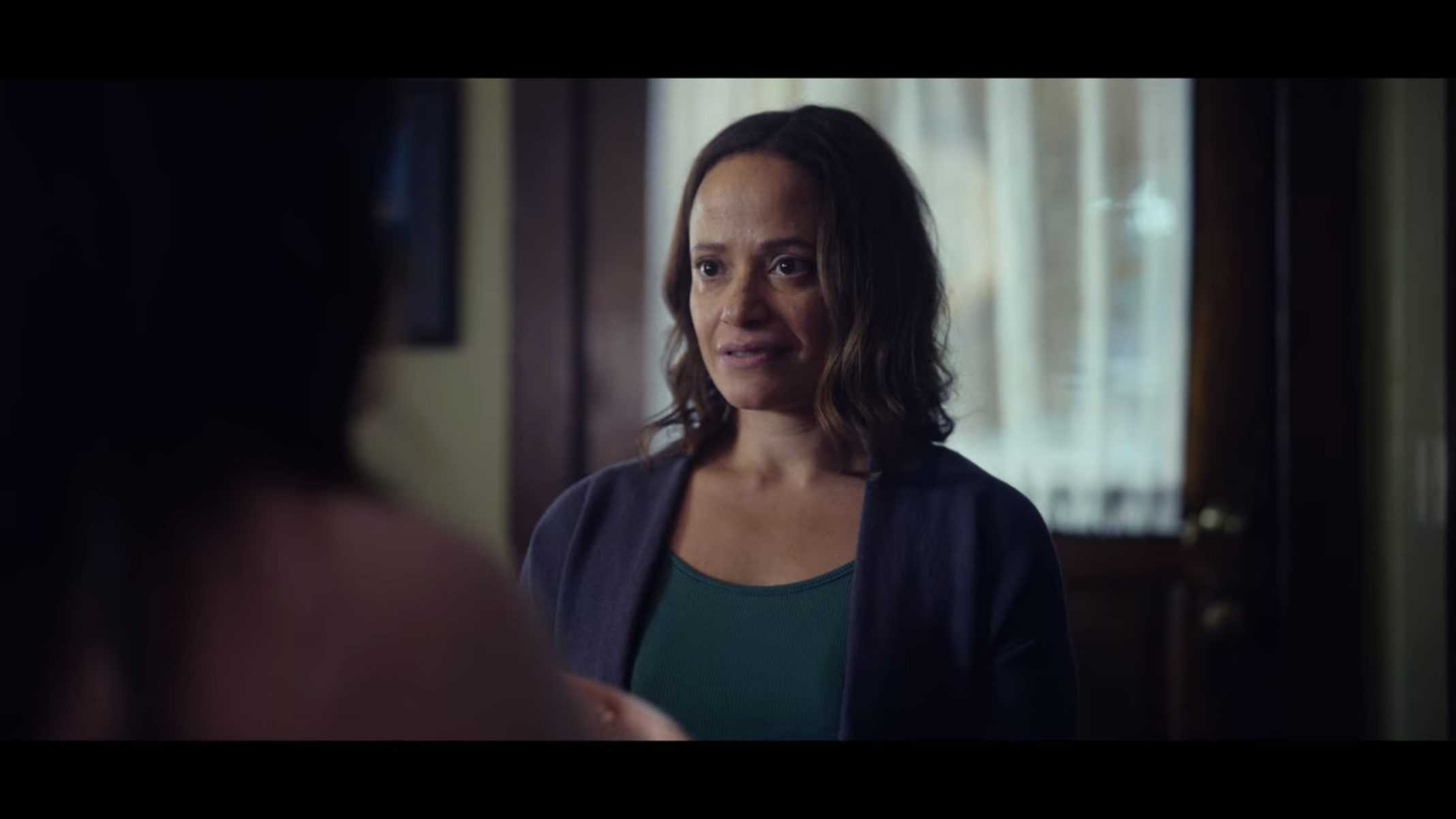 Donna (Judy Reyes) talking to Amber in her home.