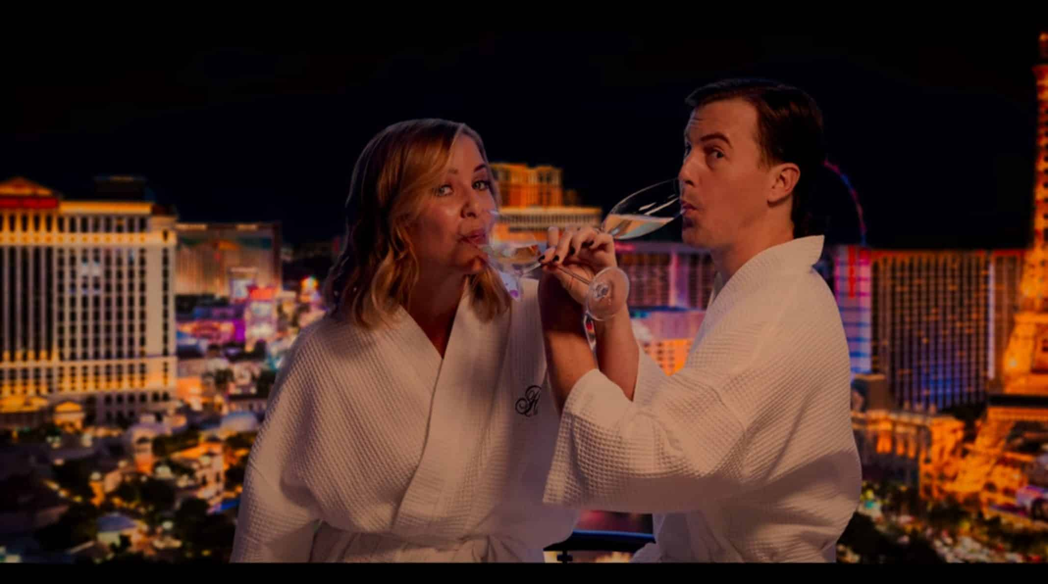 Abby (Jessica Capshaw) and Peter (Alex Moffat) on vacation