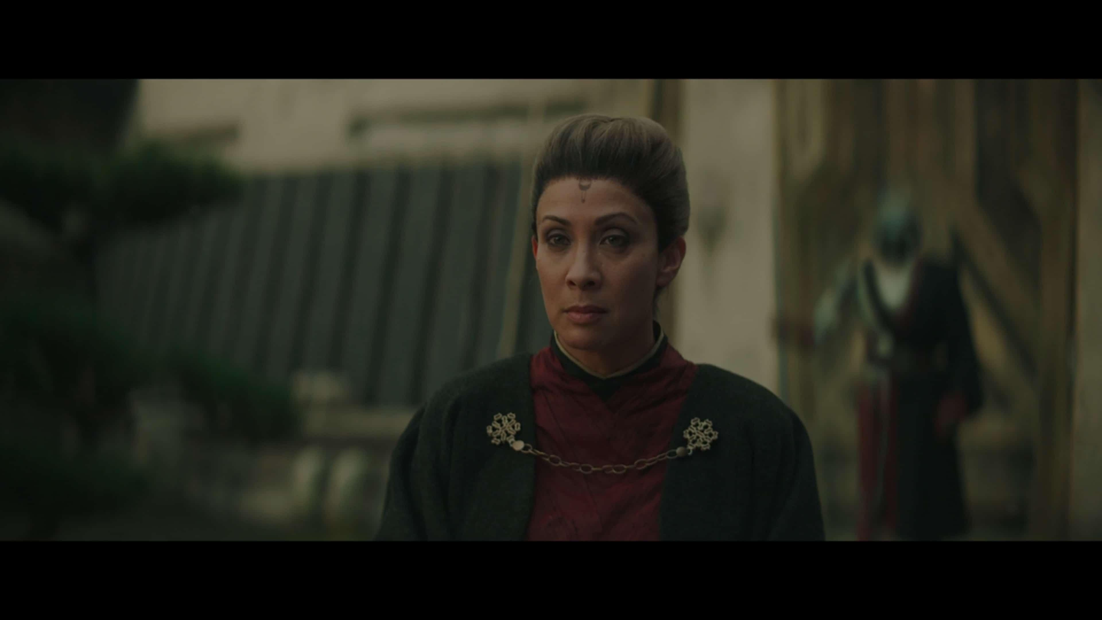 The Magistrate aka Morgan Elsbeth (Diana Lee Inosanto) talking to Din