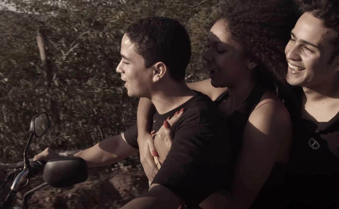 Alex (Aelson Felinto), Camila (Lais Lacerda), and Anderson (Rafael Guedes) on Alex's motorbike