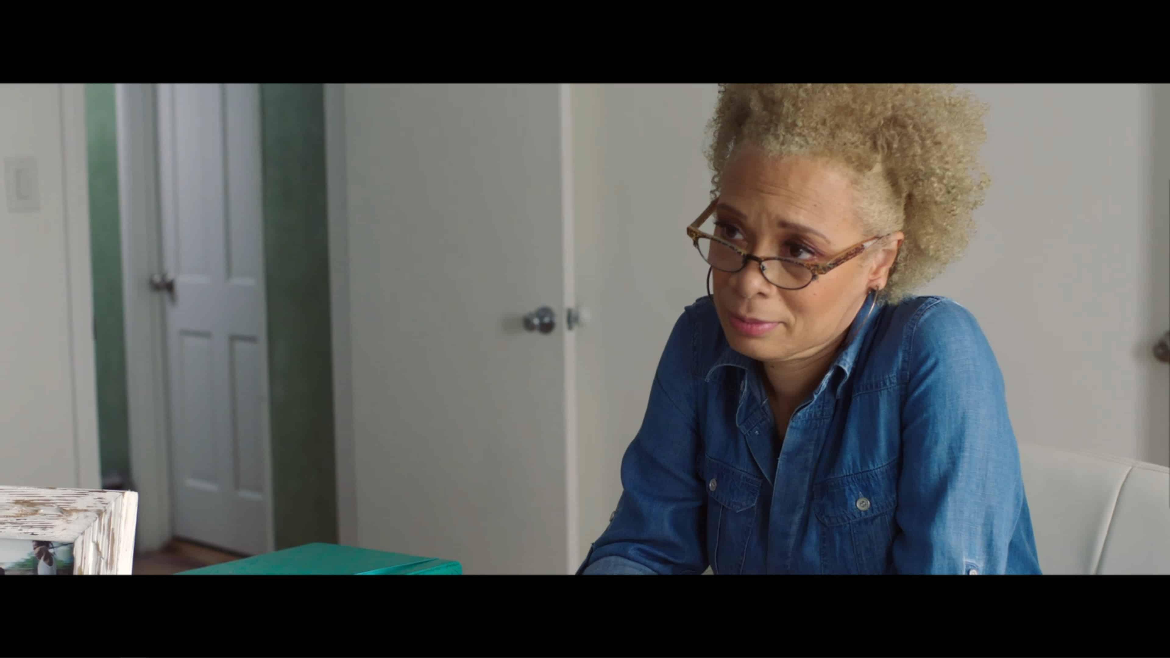 Lorna (Valarie Pettiford) talking to Tyra