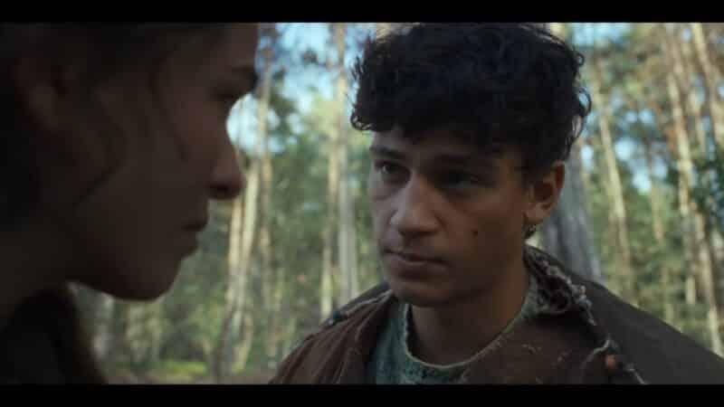 Kiano (Emilio Sakraya) talking to Liv