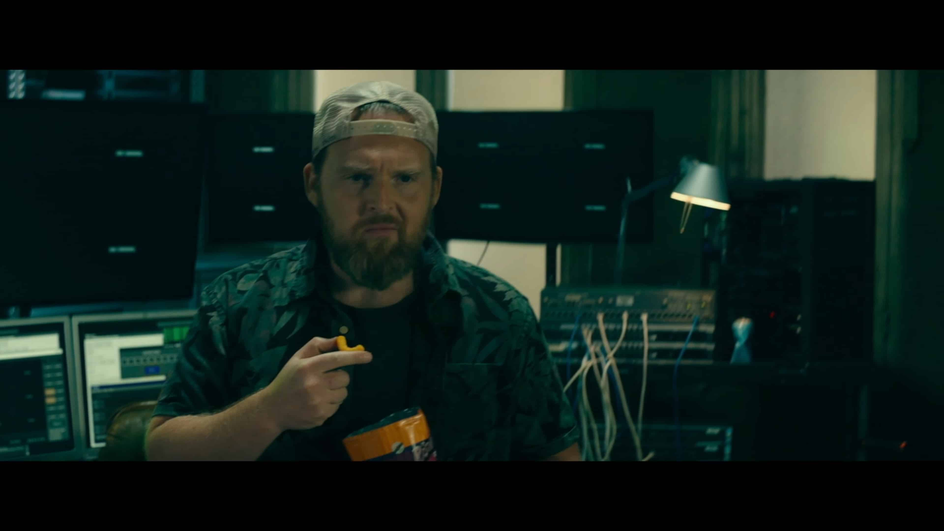 Klaus (Axel Stein) having a snack