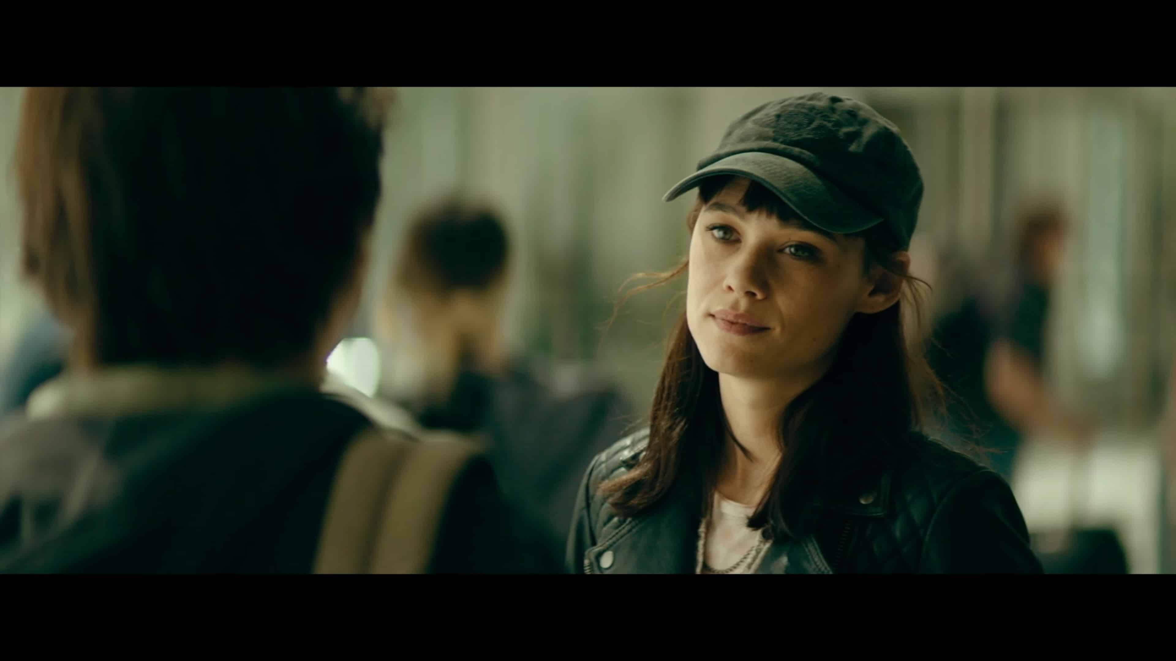 Lorraine (Astrid Berges-Frisbey) talking to Thomas