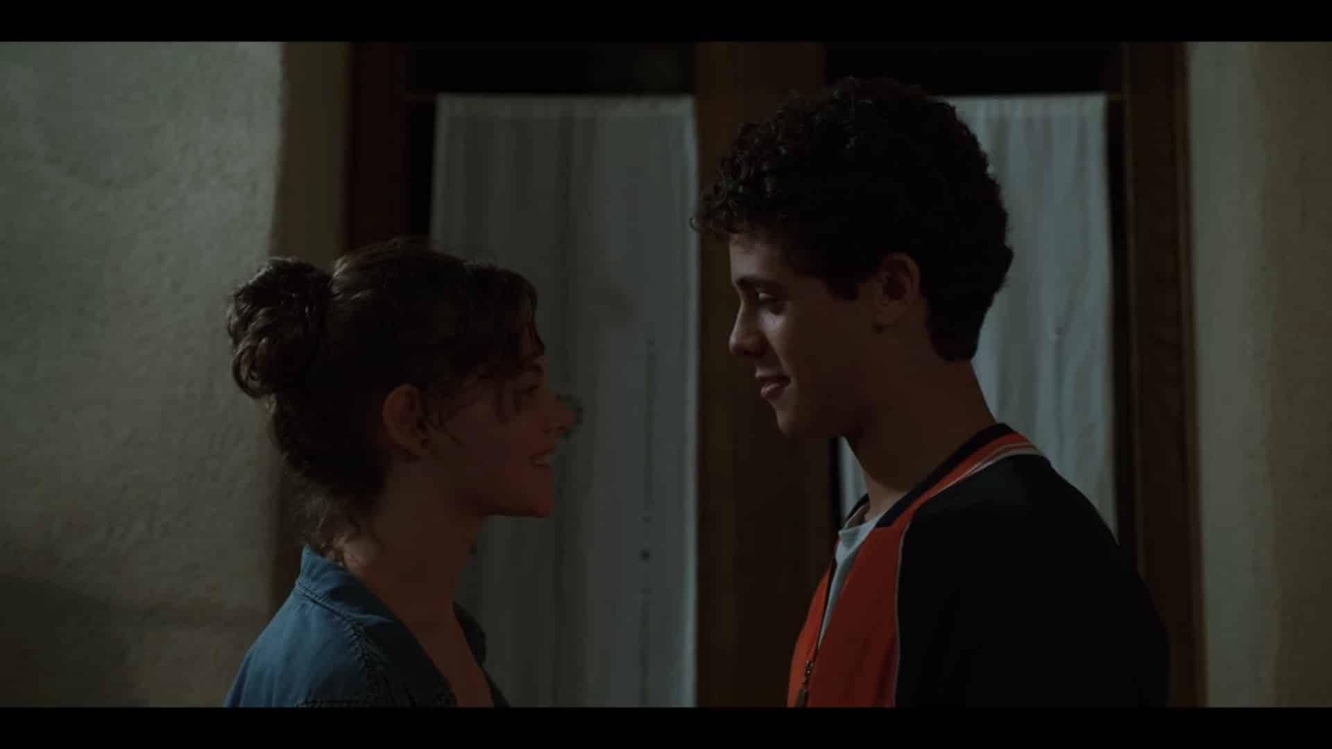 Sara (Elvira Camarrone) and Lorenzo (Roberto Christian) before their first kiss