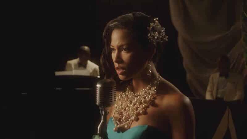 Joanna Robinson (Lex Scott Davis) performing