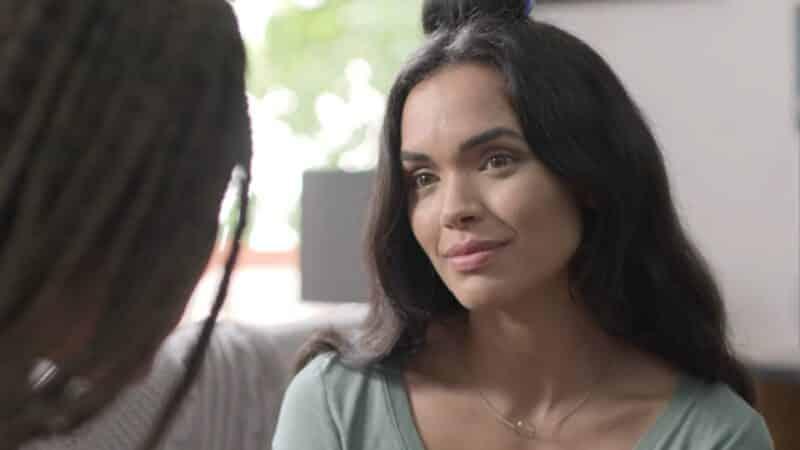 Nina (Giovana Cordeiro) convincing Mayra to come onto the trip