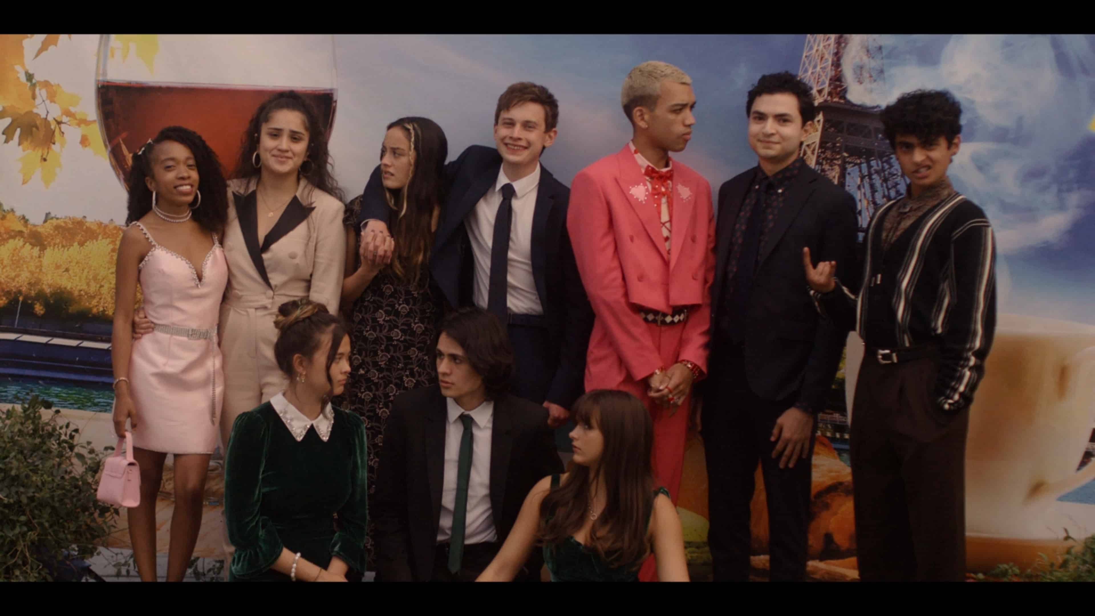 Arianna, Greta, Riley, Nathan, Chester, Bo, J, Delilah, Cooper, and Naomi taking a picture together