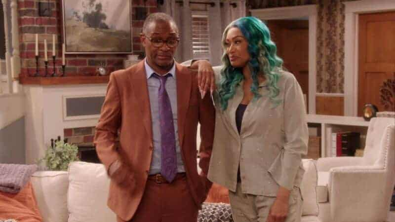 Cousin Marcus (Tommy Davidson) and Denise in Ms. Pat's living room
